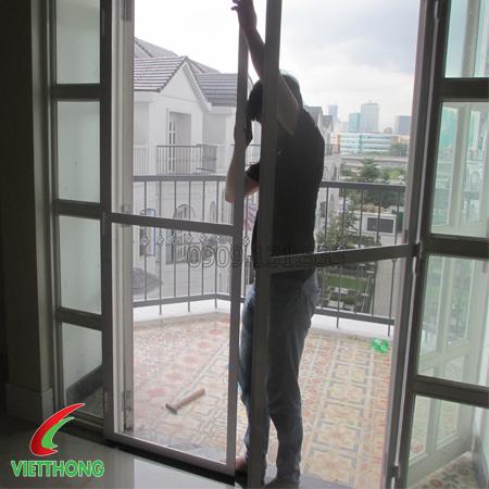 Nhân viên lắp đặt cửa lưới chống muỗi